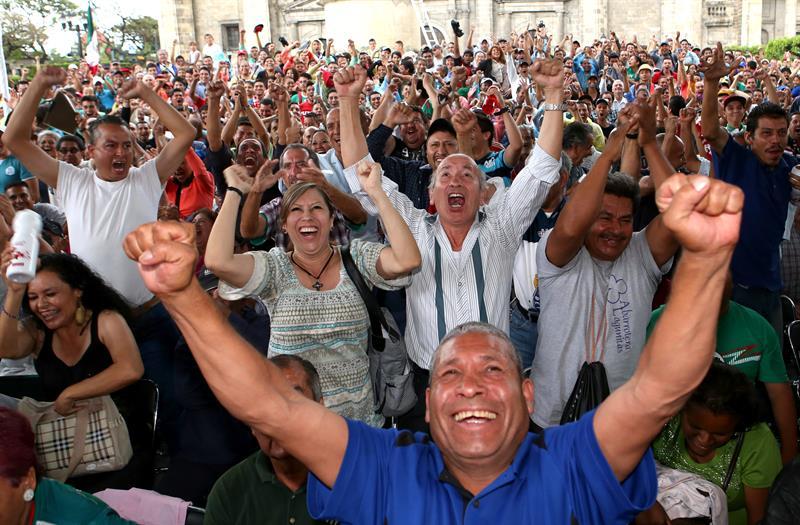 Cientos de aficionados mexicanos observan en pantallas gigantes en una plaza de la ciudad de Guadalajara. Foto: EFE