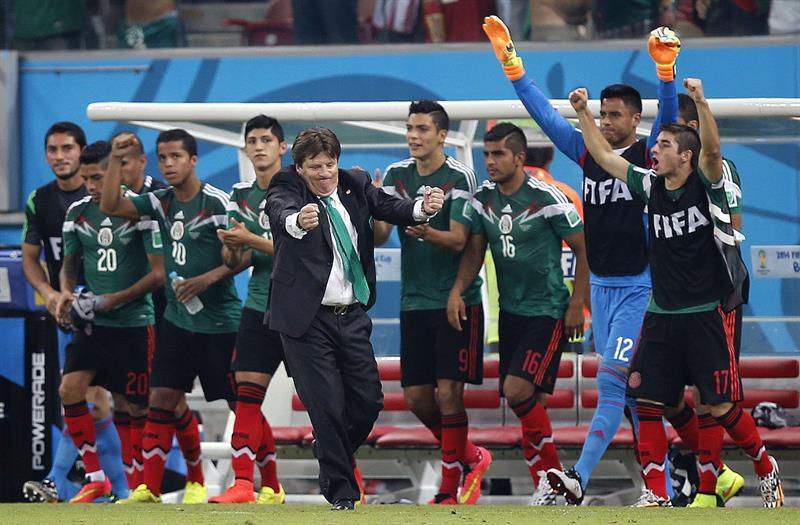 El entrenador Miguel Herrera celebra la victoria sobre la selección croata durante el partido Croacia-México, del Grupo A. Foto: EFE