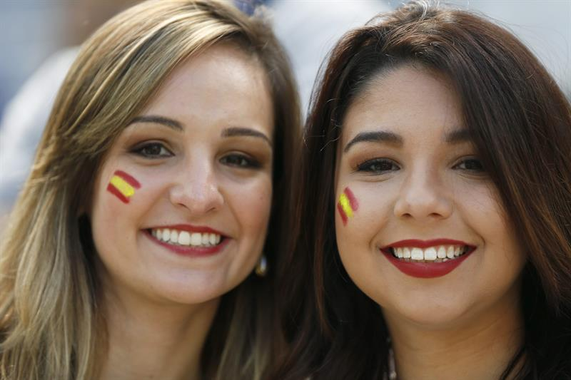 Spanish fans smile before the FIFA World Cup 2014 group B. Foto: EFE