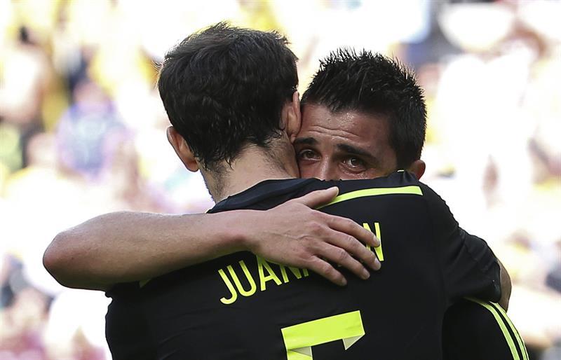 El delantero español David Villa (d) celebra con su compañero Juanfran Torres el gol marcado a la selección australiana. Foto: EFE