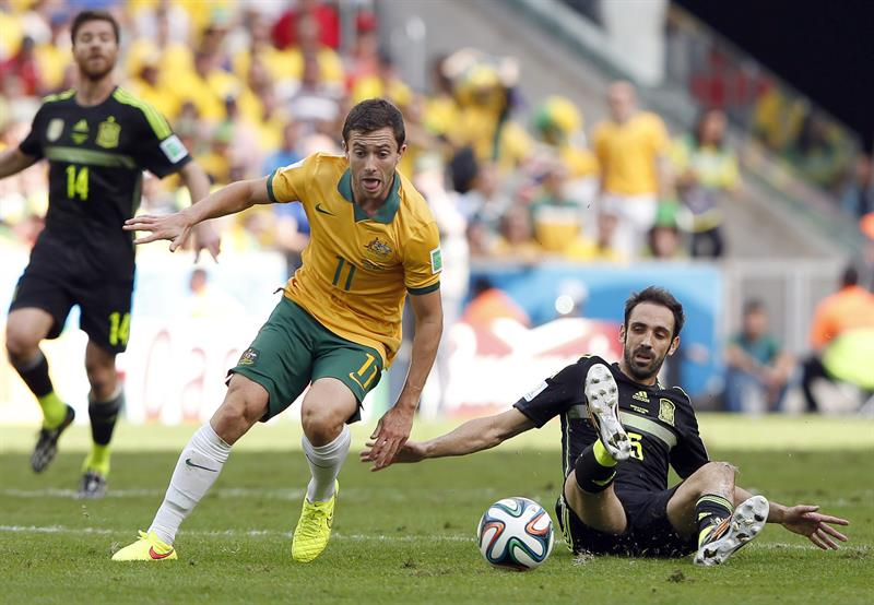 Tommy Oar (C) of Australia in action against Juanfran (R) of Spain during the FIFA World Cup 2014 group B. Foto: EFE