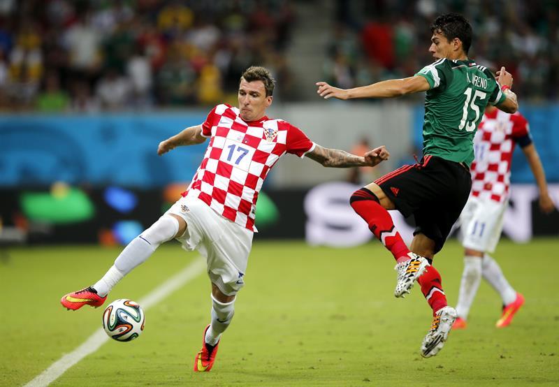 El delantero croata Mario Mandzukic (i) y el defensa mexicano Héctor Moreno, durante el partido Croacia-México, del Grupo A. Foto: EFE