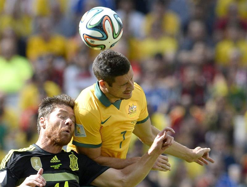 Xabi Alonso (L) of Spain vies with Mathew Leckie of Australia during the FIFA World Cup 2014 group B. Foto: EFE