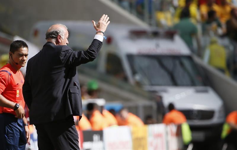 El entrenador de la selección española Vicente del Bosque da instrucciones a sus jugadores durante el partido. Foto: EFE