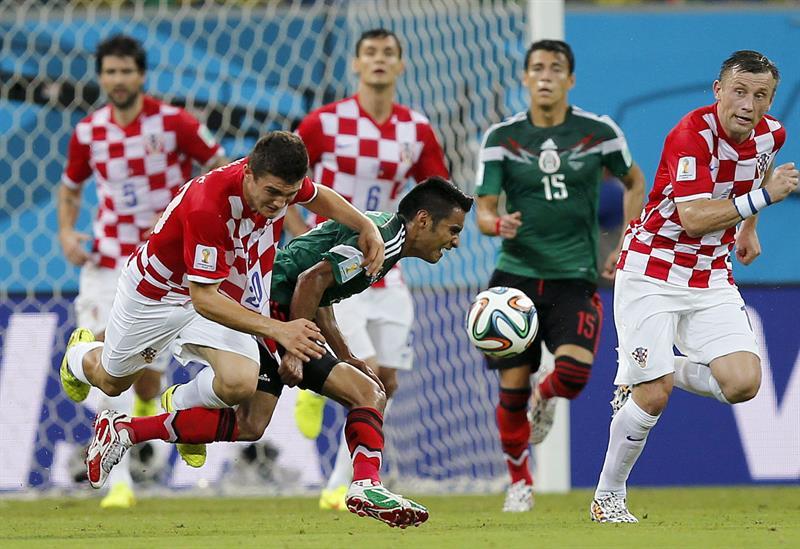 El delantero croata Ivica Olic, seguido por el defensa mexicano Francisco Rodríguez (d) durante el partido. Foto: EFE