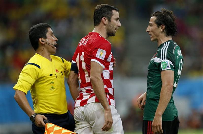 El defensa mexicano Andrés Guardado (d) y el defensa croata Darijo Srna (c) durante el partido Croacia-México, del Grupo A. Foto: EFE