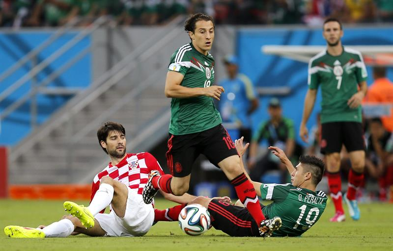 El defensa mexicano Andrés Guardado y el defensa croata Vedran Corluka (i), durante el partido Croacia-México. Foto: EFE