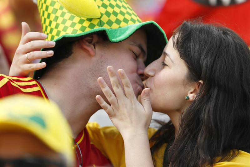Spanish fans kiss each other before the FIFA World Cup 2014 group B. Foto: EFE
