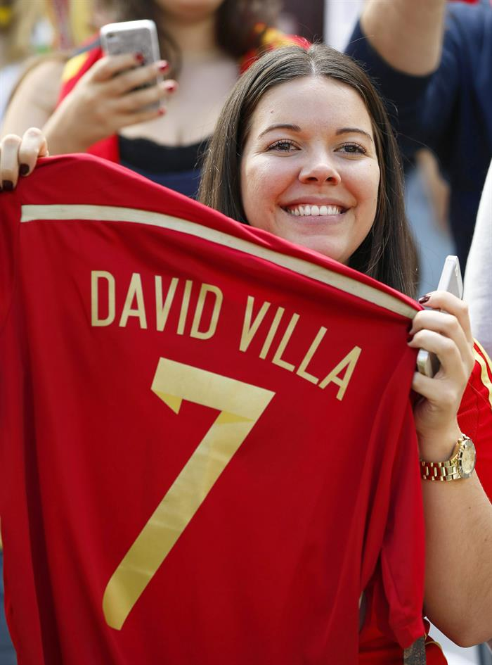 Spanish fan poses with a jersey of Spanish striker David Villa before the FIFA World Cup 2014 group B. Foto: EFE