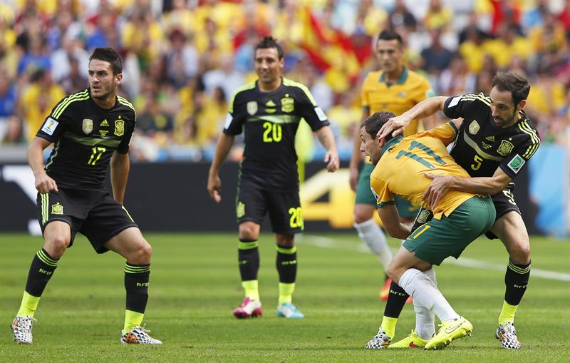 Tommy Oar (2-R) of Australia in action against Juanfran (R) of Spain during the FIFA World Cup 2014 group B. Foto: EFE