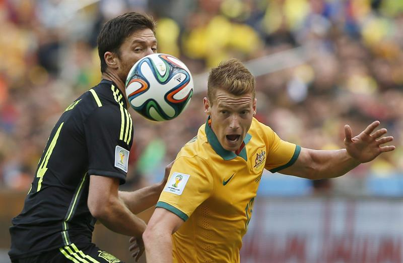 Xabi Alonso (L) of Spain in action against Oliver Bozanic (R) of Australia during the FIFA World Cup 2014 group B. Foto: EFE