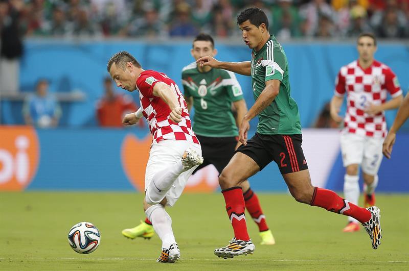 El centrocampista mexicano José Vázquez (d) lucha un balón con el centrocampista croata Mateo Kovacic (i). Foto: EFE