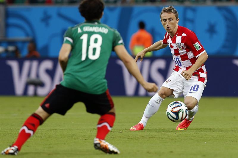 Elcentrocampista croata Luka Modric (d) ante el defensa mexicano Andrés Guardado, durante el partido Croacia-México. Foto: EFE