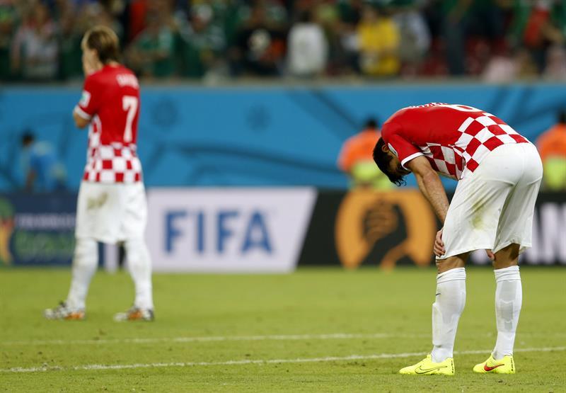 Jugadores de la selección croata lamentan la derrota ante el combinado mexicano durante el partido. Foto: EFE