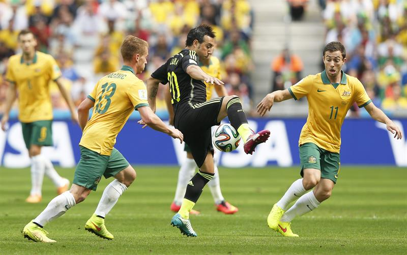 Santi Cazorla (C) of Spain in action against Australian players Oliver Bozanic (L) and Tommy Oar (R) during the FIFA World Cup 2014 group B. Foto: EFE