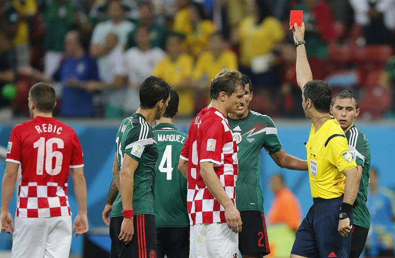 El árbitro Ravshan Irmatov (d) saca la tarjeta roja al delantero croata Ante Rebic durante el partido Croacia-México. Foto: EFE