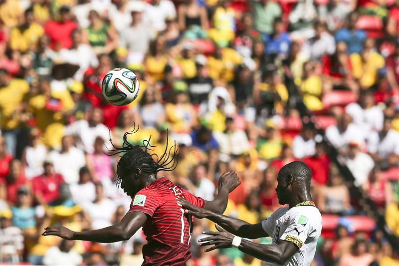 Portugal player Eder vies for the ball with Jonathan Mensah (R) of Ghana during the FIFA World Cup 2014 group G. Foto: EFE
