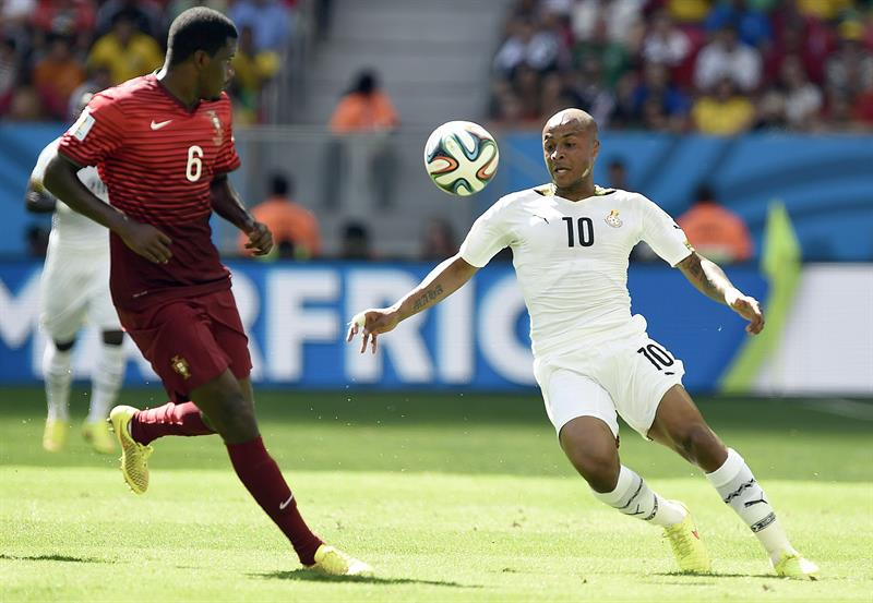 Andre Ayew of Ghana (R) and William of Portugal in action during the FIFA World Cup 2014 group G. Foto: EFE