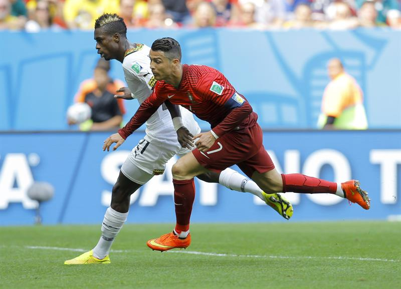 Cristiano Ronaldo (R) of Portugal in action with John Boye of Ghana during the FIFA World Cup 2014 group G. Foto: EFE