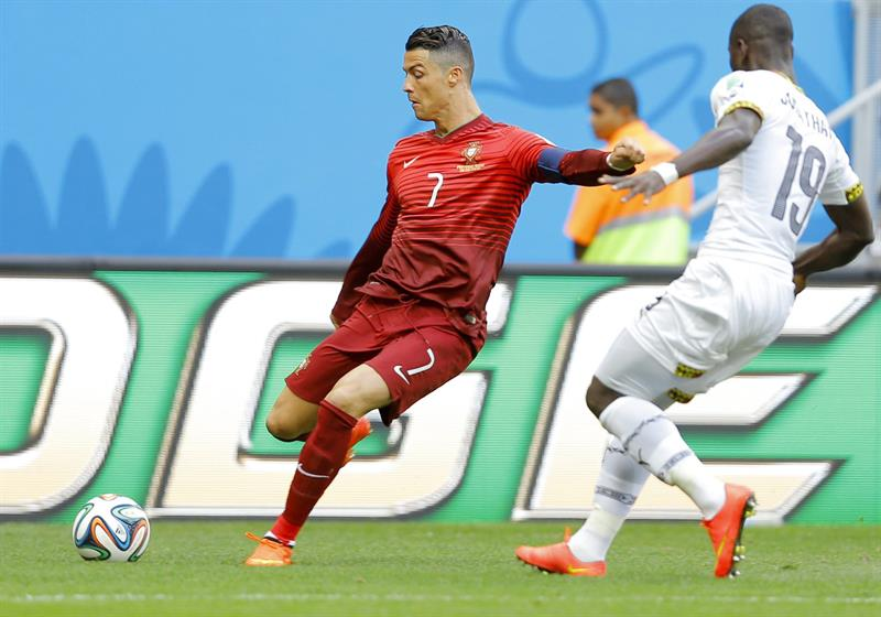 Cristiano Ronaldo (L) of Portugal in action with Jonathan Mensah of Ghana during the FIFA World Cup 2014 group G. Foto: EFE