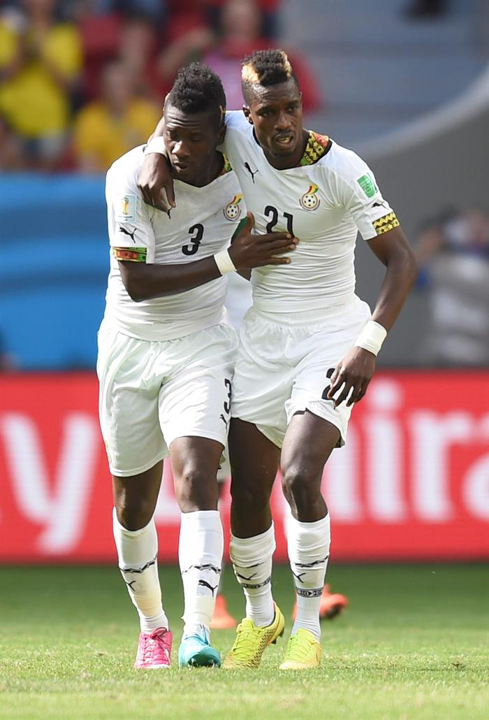 Asamoah Gyan (L) of Ghana celebrates with team mate John Boye (R) after scoring the 1-1 goal during the FIFA World Cup 2014 group G. Foto: EFE