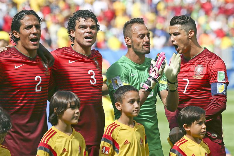 Portugal's (L-R) Bruno Alves, Pepe, Beto and Cristiano Ronaldo sing the nathional anthem prior the FIFA World Cup 2014 group G. Foto: EFE