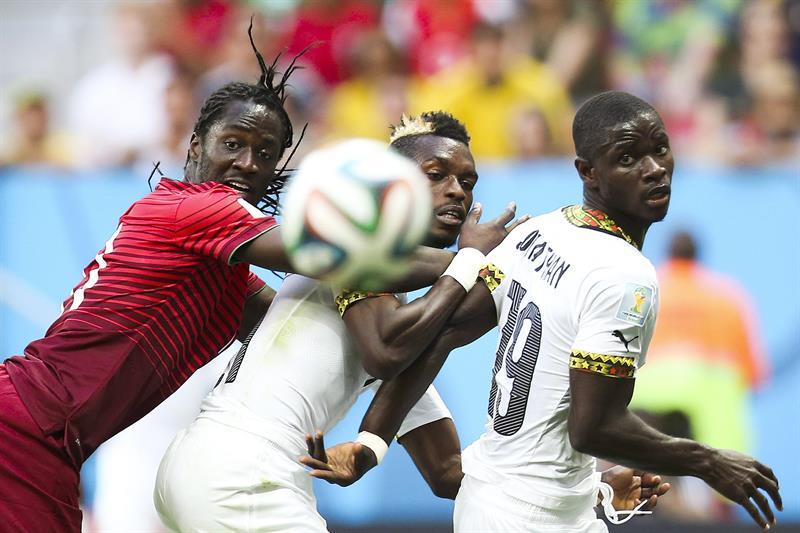 Portugal's Eder (L), Ghana's Jonathan Mensah (R) and John Boye (C) of Ghana vie for the ball during the FIFA World Cup 2014. Foto: EFE