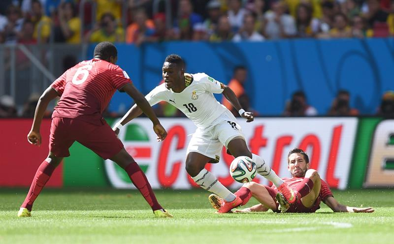 Andre Ayew (C) of Ghana in action against Ruben Amorim (R) and William of Portugal during the FIFA World Cup 2014 group G. Foto: EFE