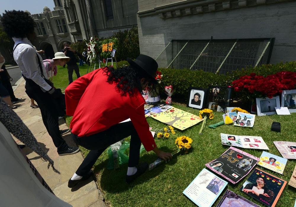 Seguidores de Michael Jackson le rinden homenaje