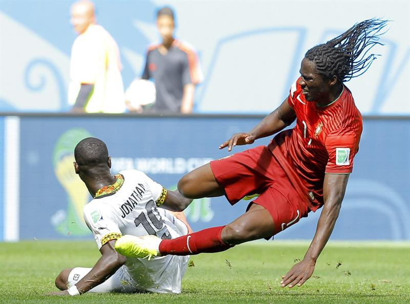 Eder (R) of Portugal in action with Jonathan Mensah of Ghana during the FIFA World Cup 2014 group G. Foto: EFE