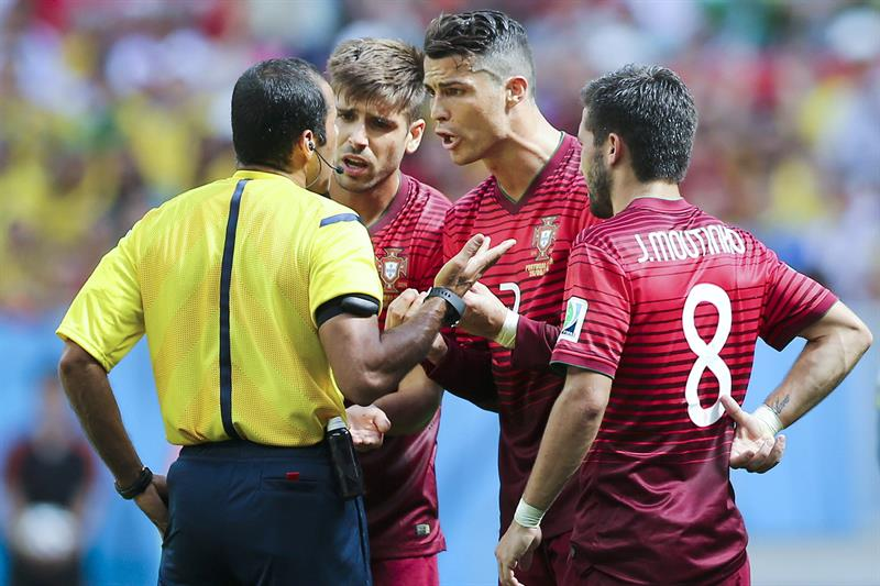 Portugal players Cristiano Ronaldo (2-R), Joao Moutinho (R) and Miguel Veloso argue with the referee Nawaf Shukralla. Foto: EFE