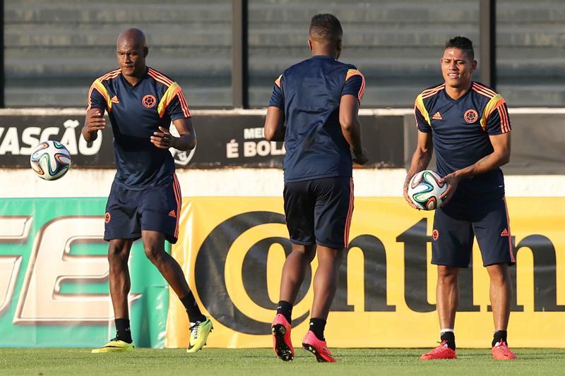 Los jugadores de la selección Colombia Alexander Mejía (d) y Víctor Ibarbo (i) participan en un entrenamiento. Foto: EFE