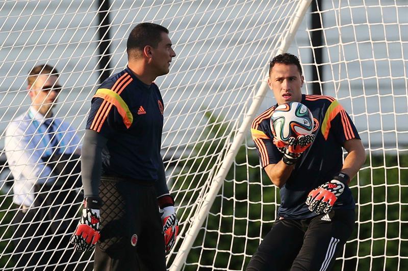 Los arqueros de la selección Colombia David Ospina (d) y Faryd Mondragón (i) participan en un entrenamiento. Foto: EFE