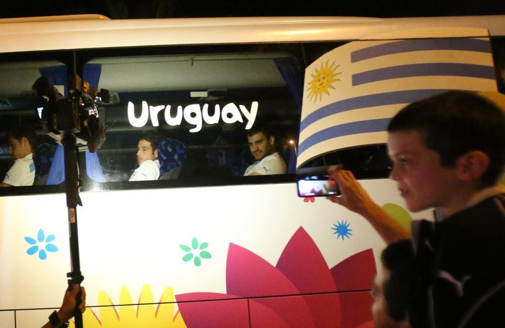 Algunos aficionados recibieron al equipo en las afueras del hotel. Foto: EFE