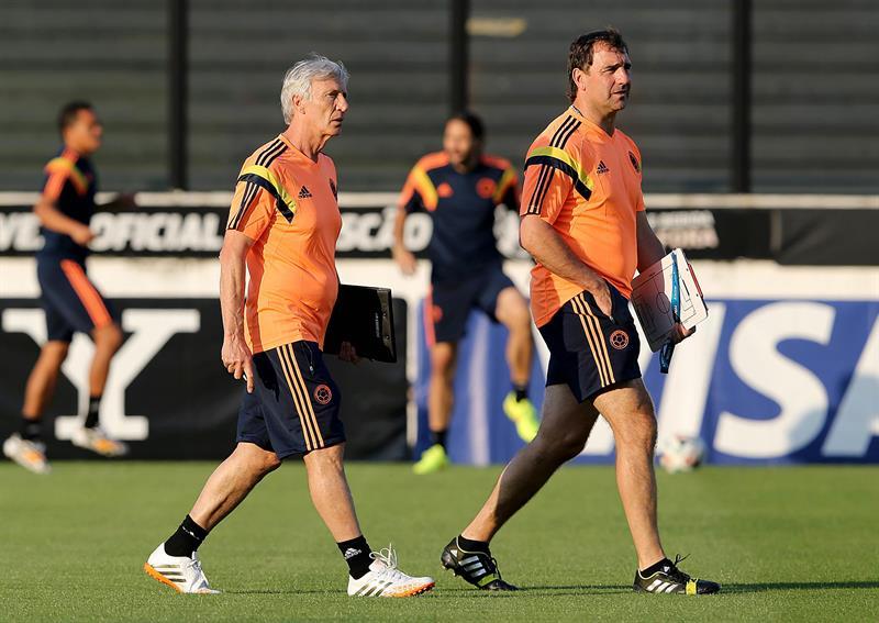 El técnico de la selección Colombia José Pekerman observa a sus jugadores en un entrenamiento. Foto: EFE
