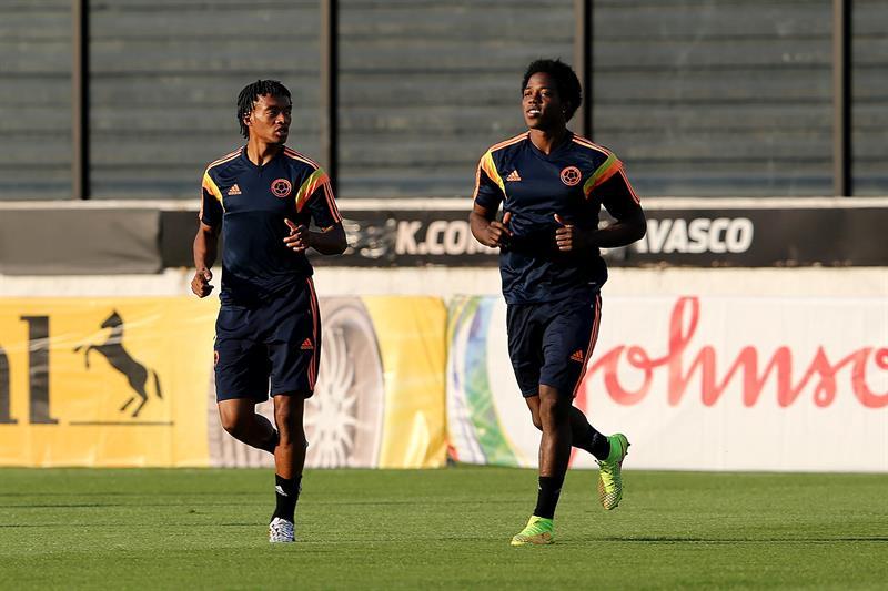 Los jugadores de la selección Colombia Juan Cuadrado (i) y Carlos Sánchez (d) participan en un entrenamiento. Foto: EFE