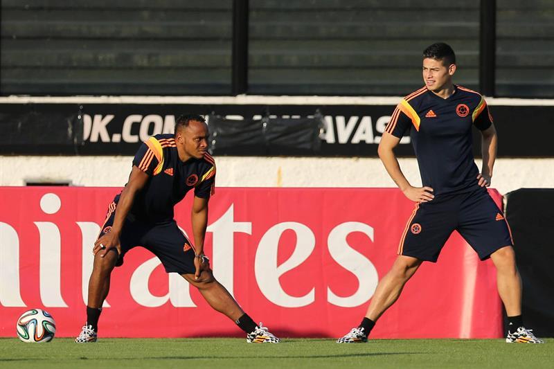 Los jugadores de la selección Colombia James Rodriguez (d) y Camilo Zuñiga (i) participan en un entrenamiento. Foto: EFE