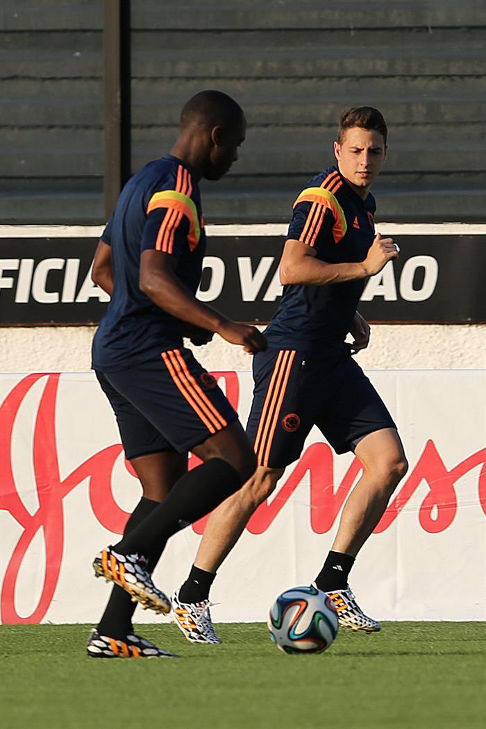 Los jugadores de la selección Colombia Santiago Arias (d) y Eder Álvarez Balanta participan en un entrenamiento. Foto: EFE