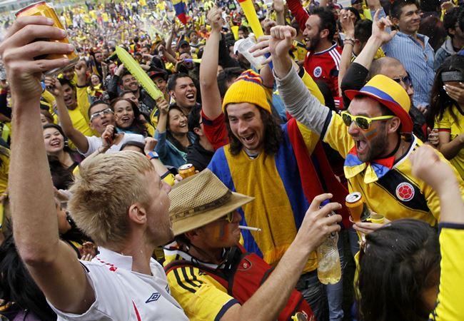 Ya es habitual prohibir el consumo de alcohol en Bogotá cuando juega Colombia. Foto: EFE