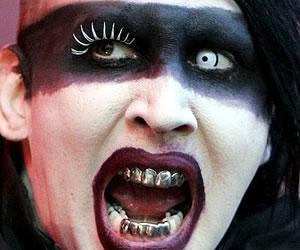 Activistas ortodoxos atacan y rocían con agua bendita a Marilyn Manson en Moscú