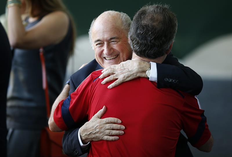 El presidente de Colombia, Juan Manuel Santos, saluda al presidente de la FIFA, Joseph Blatter. Foto: EFE