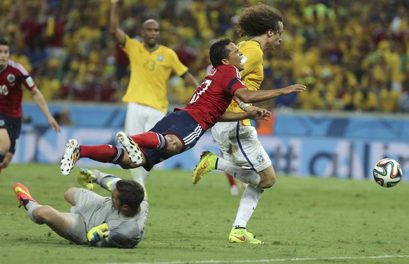 El guardameta brasileño Julio Cesar (i) comente penalti sobre el delantero colombiano Carlos Bacca (2d). Foto: EFE