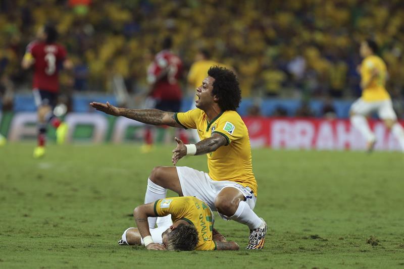 El defensa brasileño Marcelo (d) pide la asistencia para su compañero Neymar quien ha recibido un golpe en la espalda. Foto: EFE