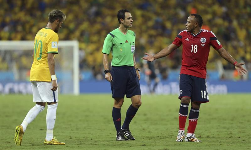 El árbitro español Velasco Carballo (c) ante el delantero brasileño Neymar (i) y el defensa colombiano Juan Zúñiga. Foto: EFE