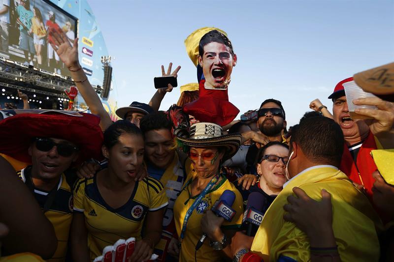 Aficionados colombianos esperan el juego de cuartos de final del Mundial 2014. Foto: EFE
