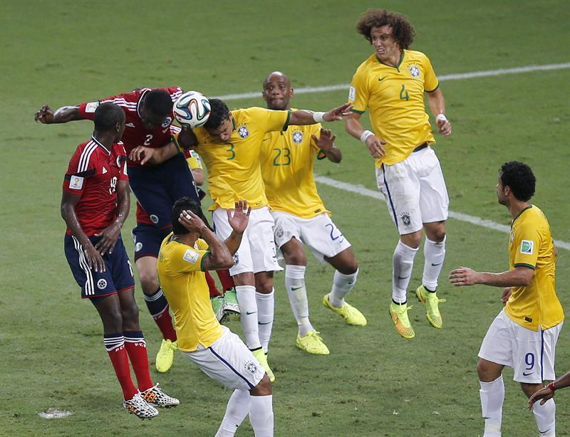 El centrocampista brasileño Paulinho (c) ante los jugadores de ColombiaFredy Guarín (i) y Carlos Sánchez. Foto: EFE