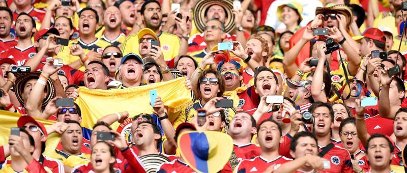 Hinchas de Colombia alientan a us equipo. Foto: EFE