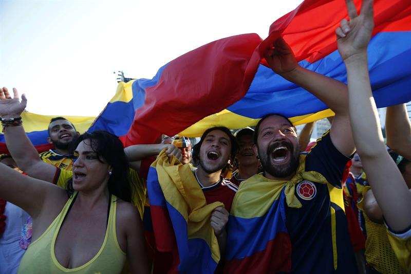 Hinchas de Colombia alientan a su equipo. Foto: EFE
