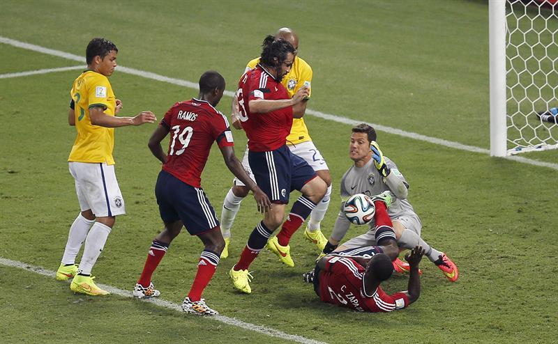 El guardameta brasileño Julio Cesar (2d) y el defensa colombiano Mario Yepes (3i) durante la jugada del gol anulado a la selección colombiana. Foto: EFE