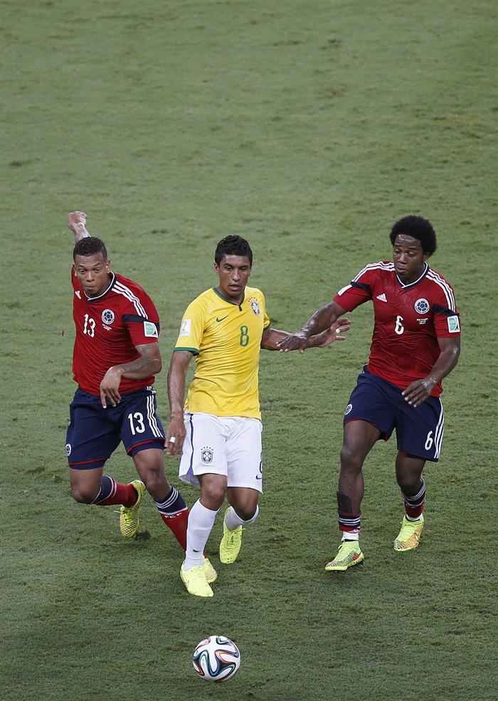 El defensa brasileño Thiago Silva (c) ante varios jugadores de Colombia,. Foto: EFE